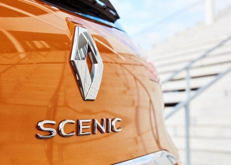 afbeelding van logo op achterkan van renault scenic