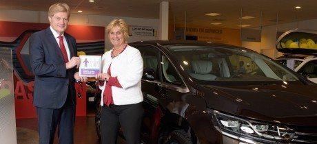 Staatssecretaris reikt erkenning mantelzorg uit aan Renault Nederland