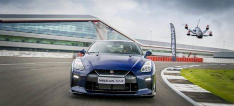 Drone kruist degens met Nissan GT-R in sprint