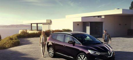 Primeur: Renault Grand Scénic Initiale Paris en Espace TCE 225 op Concours d'Elégance